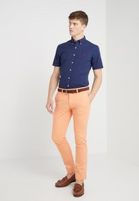Polo Ralph Lauren - BEDFORD PANT - Spodnie materiałowe - poppy - 1