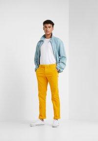 Polo Ralph Lauren - SLIM FIT PANT - Stoffhose - basic gold - 1