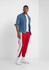 Polo Ralph Lauren - PULL UP PANT - Pantaloni sportivi - red/pure white - 1