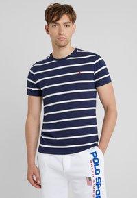 Polo Ralph Lauren - T-shirt z nadrukiem - newport navy - 0
