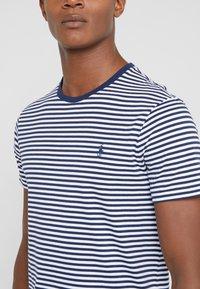 Polo Ralph Lauren - Printtipaita - white/newport navy - 4