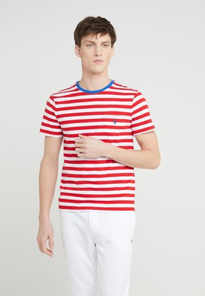 SLIM FIT - Triko s potiskem - cruise red/white