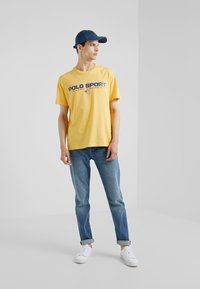 Polo Ralph Lauren - POLO SPORT - T-shirt con stampa - chrome yellow - 1