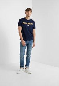 Polo Ralph Lauren - POLO SPORT - T-Shirt print - cruise navy - 1