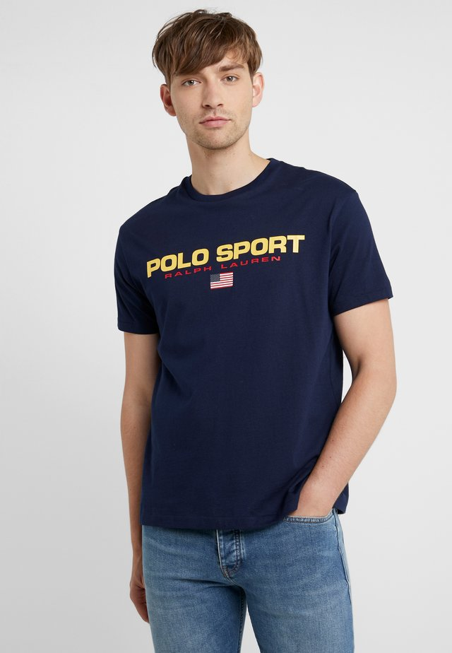 POLO SPORT - Print T-shirt - cruise navy