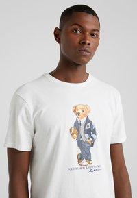Polo Ralph Lauren - Triko spotiskem - deckwash white - 4