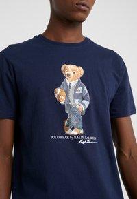 Polo Ralph Lauren - T-shirt z nadrukiem - cruise navy - 5