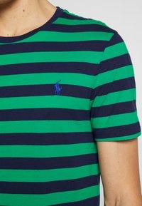 Polo Ralph Lauren - T-shirts med print - green/dark blue - 5