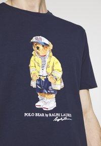 Polo Ralph Lauren - T-shirt imprimé - cruise navy - 5