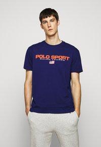 Polo Ralph Lauren - T-shirt imprimé - fall royal - 0
