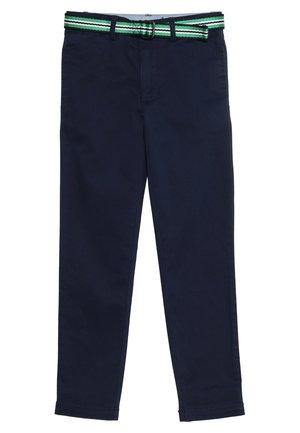 TISSUE BELTED PANT - Chino kalhoty - newport navy