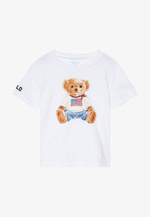BEAR TEE - Printtipaita - white