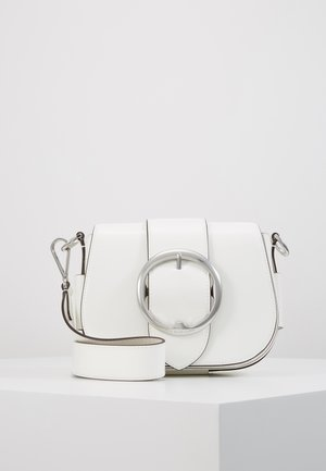 PATENT LEATHER-BELT SADDLE-CXB-MED - Schoudertas - white