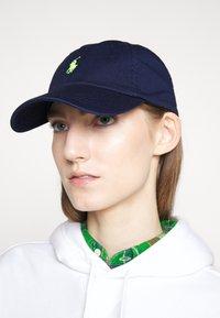 Polo Ralph Lauren - Caps - navy/neon - 1