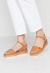 POPA - HURON - Korkeakorkoiset sandaalit - mandorla - 0