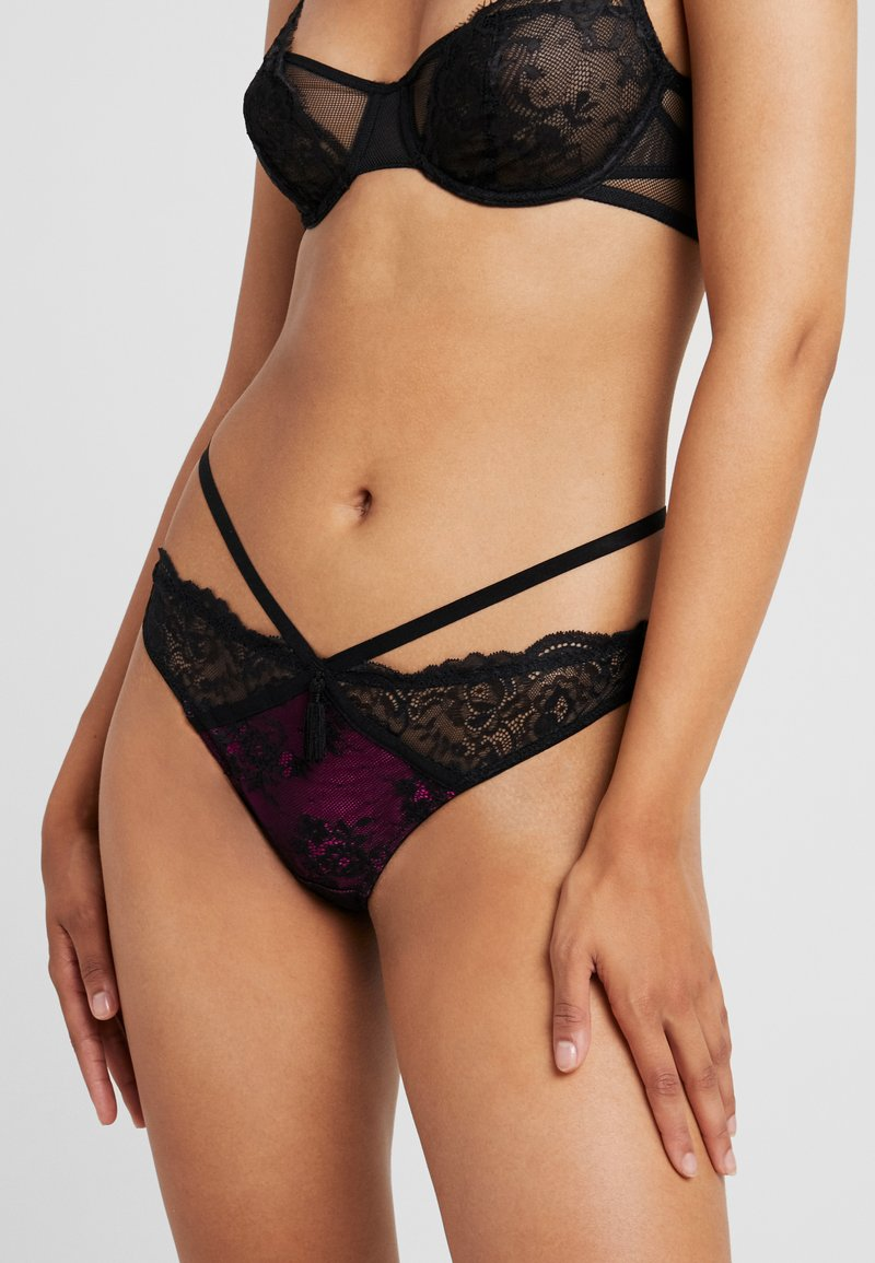 Pour Moi - SENSATION STRAPPY BRIEF - Kalhotky/slipy - black/fucshia