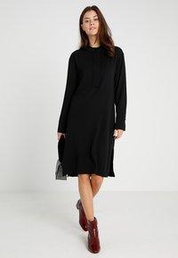 POSTYR - POSMATHILDE SOLID DRESS - Abito a camicia - black - 2