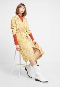 POSTYR - POSALMARINE DRESS - Shirt dress - chai tea - 1