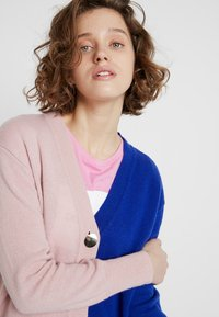 POSTYR - POSCATHARINA CARDIGAN - Kardigan - dazzling blue/pink dogwoo - 3