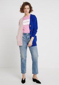 POSTYR - POSCATHARINA CARDIGAN - Kardigan - dazzling blue/pink dogwoo - 1