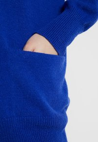 POSTYR - POSCATHARINA CARDIGAN - Kardigan - dazzling blue/pink dogwoo - 5