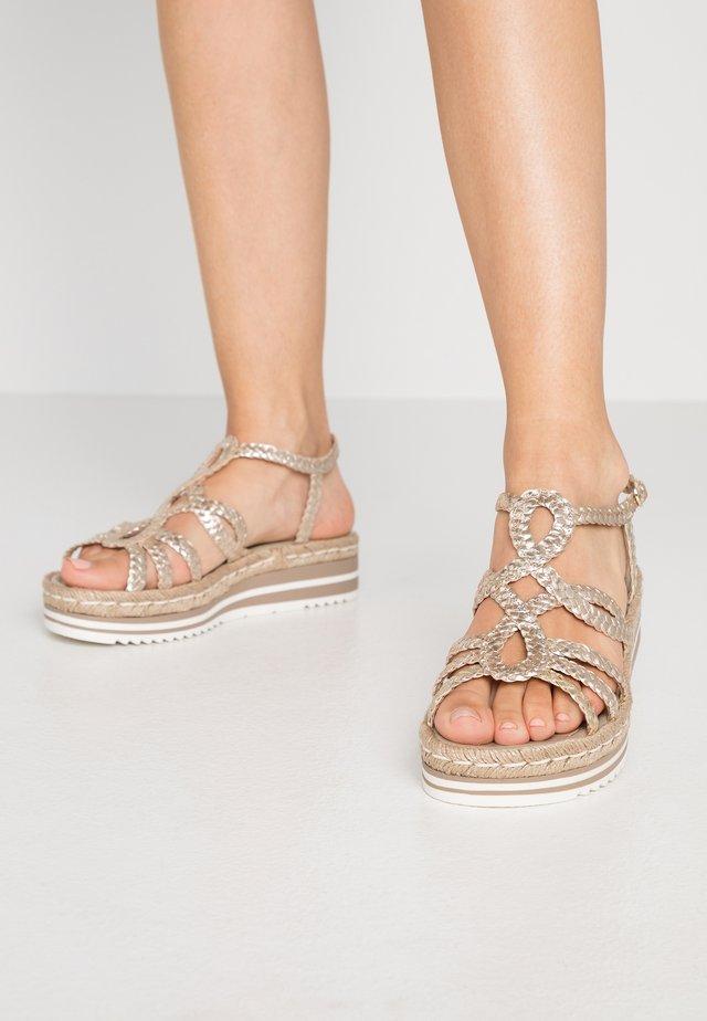 Sandały na platformie - platino