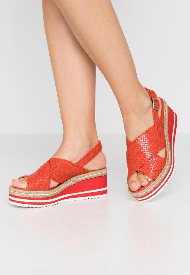 Sandały na platformie - coral