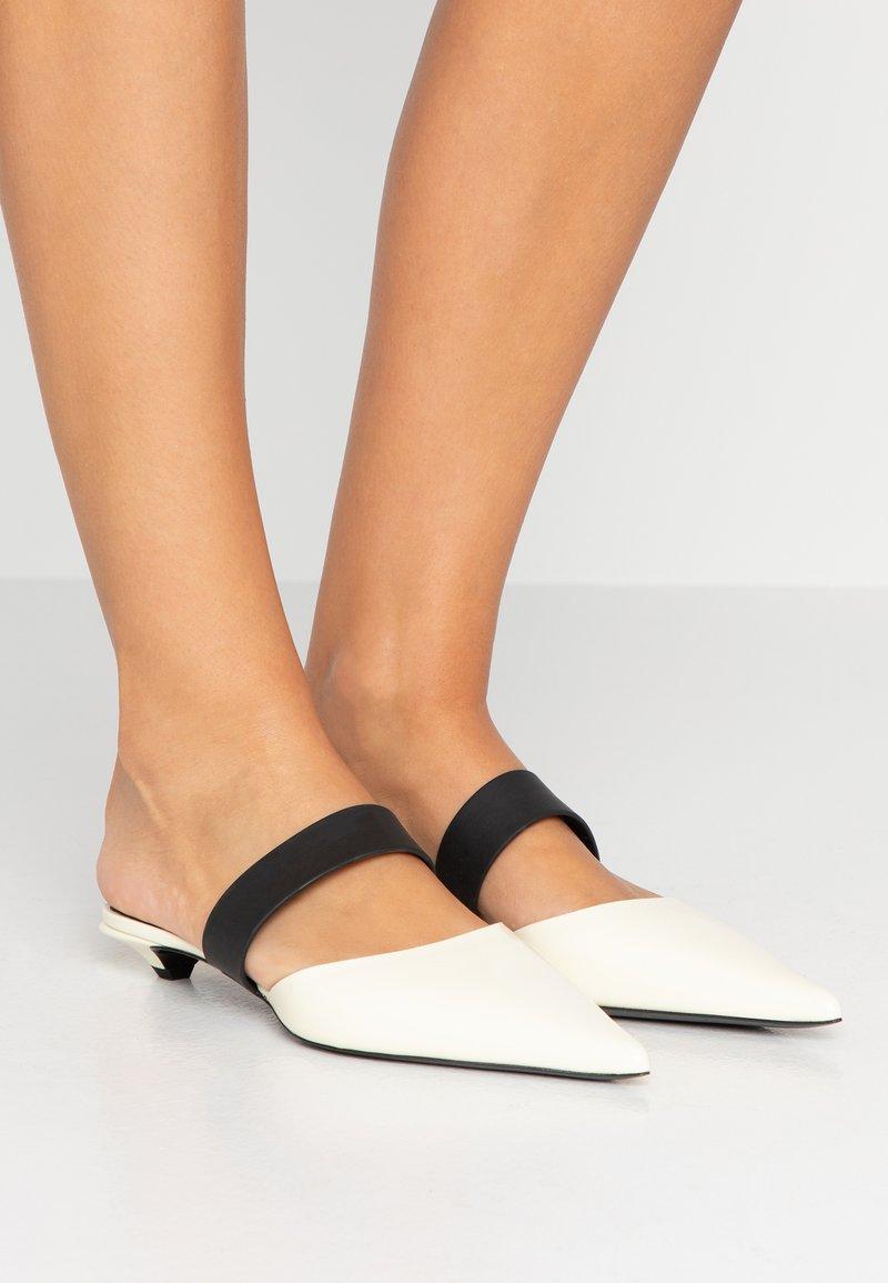 Proenza Schouler - Pantolette flach - crema/black
