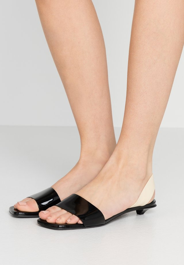 Sandaalit nilkkaremmillä - nero/cream