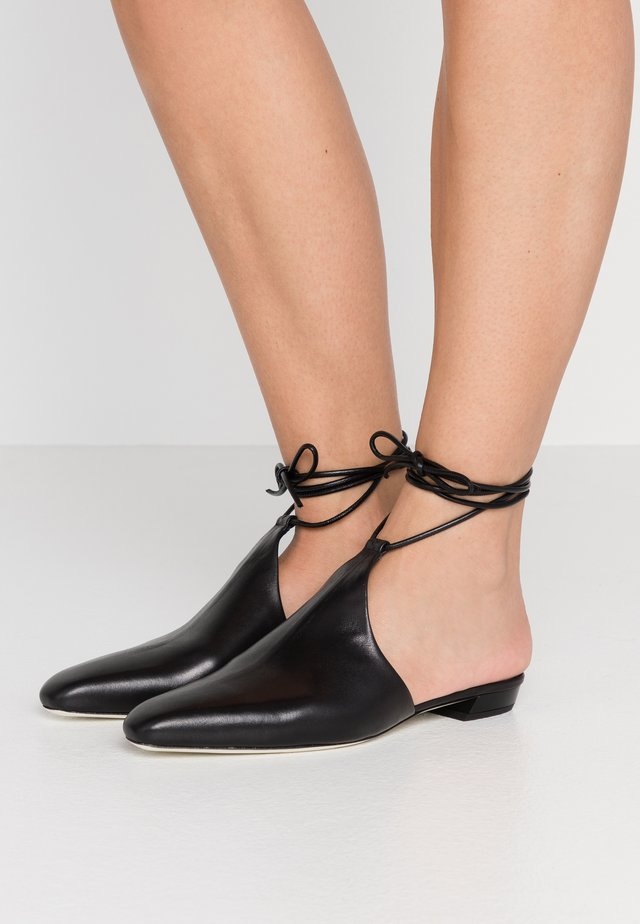 Sandaalit nilkkaremmillä - nero