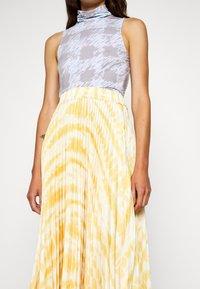 Proenza Schouler - PRINTED PLEATED LONG SKIRT - A-line skirt - light yellow - 4