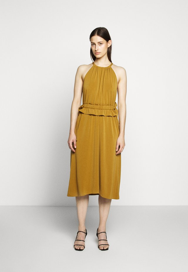 MATTE SLEEVELESS CINCHED DRESS - Jerseykleid - tobacco
