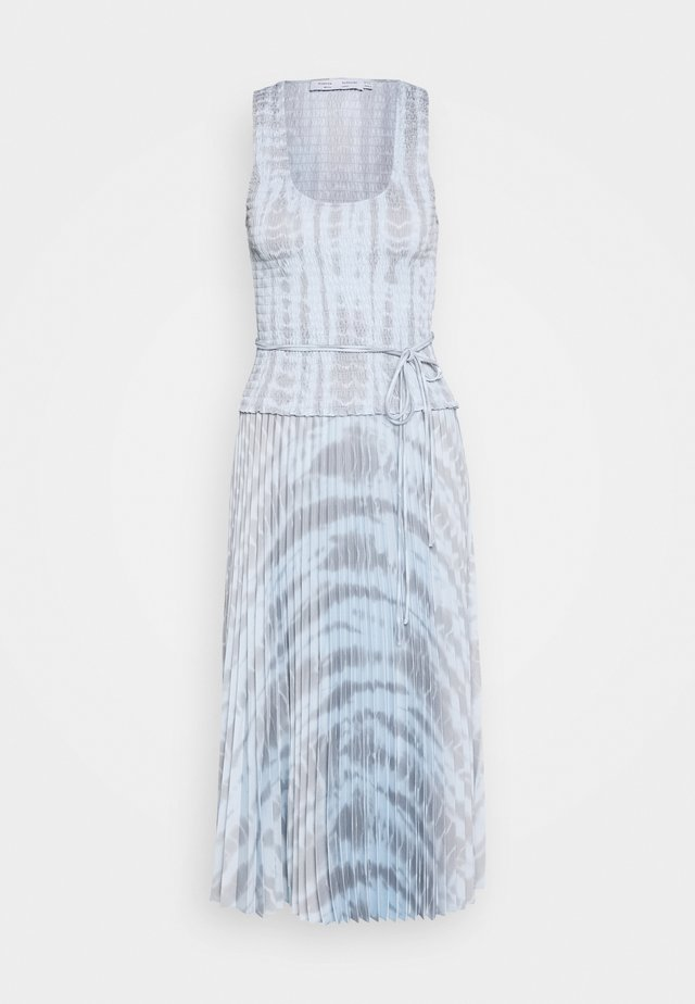 PRINTED SMOCKED DRESS WITH PLEATED SKIRT - Korte jurk - light blue/grey