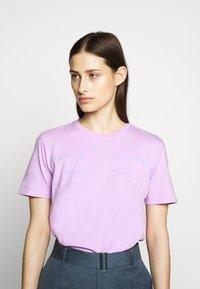 Proenza Schouler - SHORT SLEEVE - T-shirts med print - mauve/lilac - 0