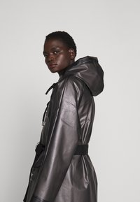 Proenza Schouler - BELTED WITH STRIPED LINING - Parka - dark grey - 3