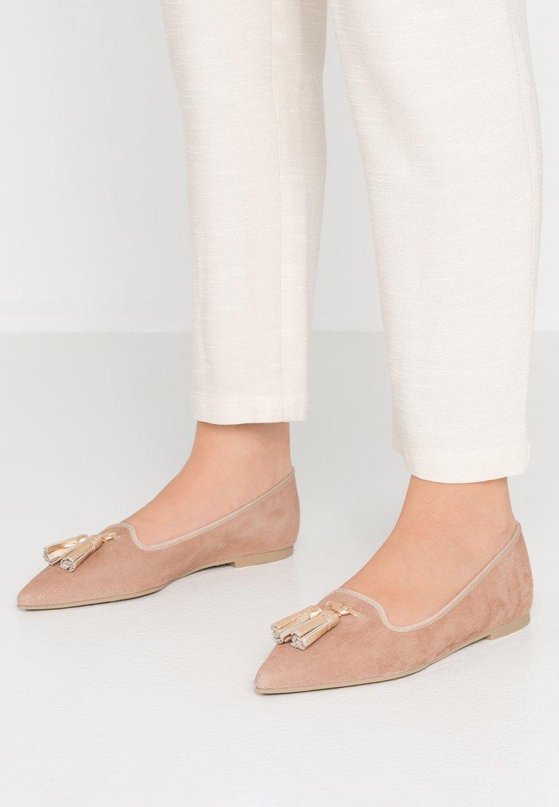 Pretty Ballerinas - ANGELIS - Slipper - bisque/oro