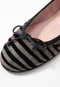 Pretty Ballerinas - JUNGLA - Ballerinasko - dark grey - 2