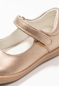 Primigi - Ballerinat nilkkaremmillä - taupe - 2