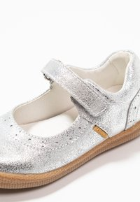 Primigi - Ballerinat nilkkaremmillä - argento - 2