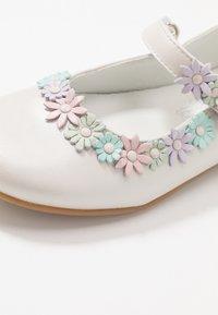 Primigi - Ankle strap ballet pumps - avorio - 2