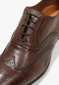 Primosole - BADGE BROGUE WINGCAP OXFORD - Klassiset nauhakengät - brown - 5