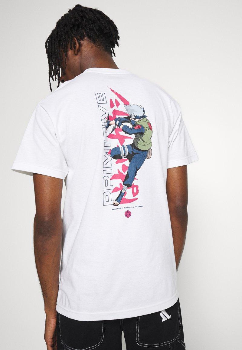 Primitive - NARUTO STRIKE TEE - Print T-shirt - white