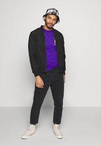 Primitive - TRUNKS GLOW DRAGON BALL Z - Print T-shirt - purple - 1