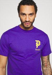 Primitive - TRUNKS GLOW DRAGON BALL Z - Print T-shirt - purple - 3