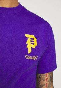 Primitive - TRUNKS GLOW DRAGON BALL Z - Print T-shirt - purple - 5