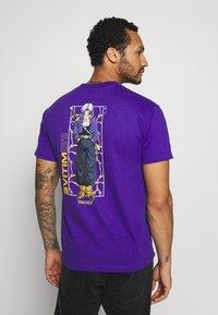 Primitive - TRUNKS GLOW DRAGON BALL Z - Print T-shirt - purple - 2