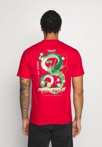 Primitive - SHENRON DIRTY DRAGON BALL Z - T-shirt print - red - 0
