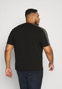 Projekts NYC - GATLIN SIGNATURE - T-shirt print - black - 2