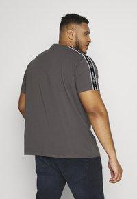 Projekts NYC - HOLDEN SIGNATURE TAPED - Print T-shirt - grey - 2