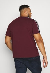 Projekts NYC - HOLDEN SIGNATURE TAPED - Print T-shirt - burgundy